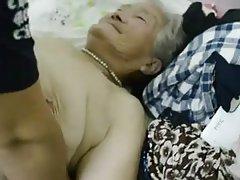 საოცარი ქერა გოგონა ხვდება გადამღები, რომელსაც სურს მიიღოს სპეციალური porn movie.