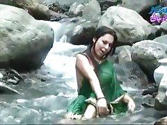 ინდური kartvelebis porno გამჭვირვალე სველი saree აჩვენებს ძუძუები..ცხელი შოუ